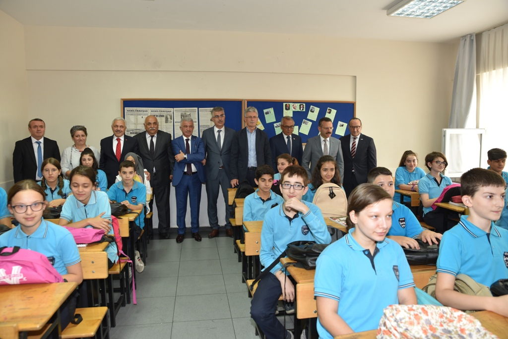 Vali Aksoy ve Zeytinoğlu, miniklerle oyun oynadı