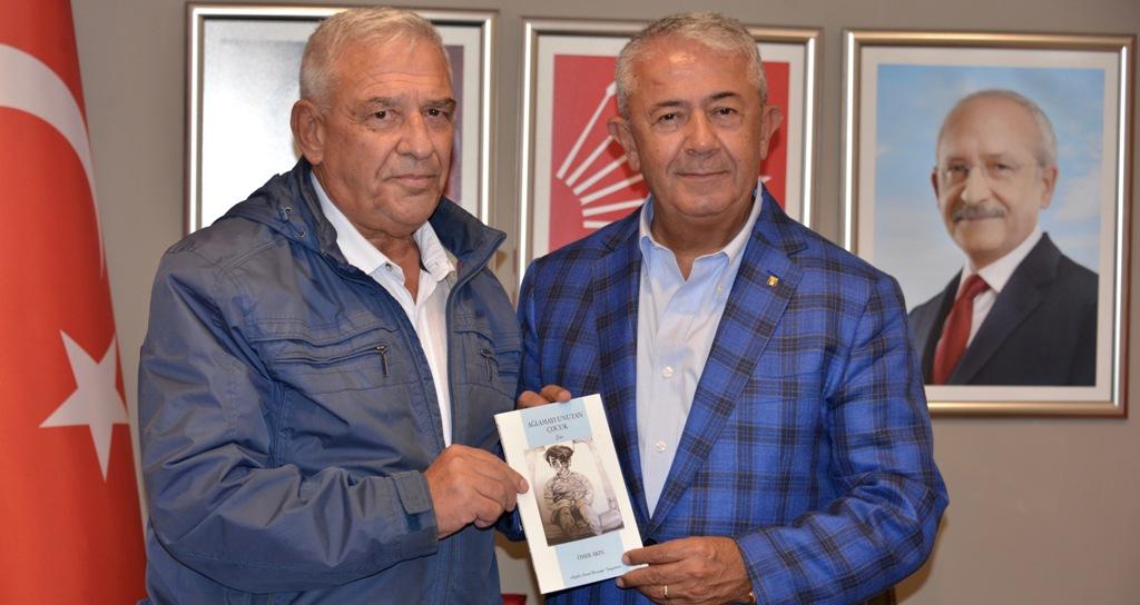CHP'li Akın yeni şiir kitabını Sarıbay'a hediye etti