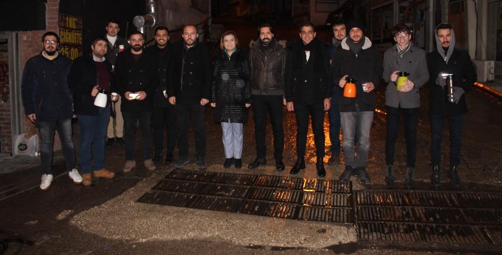 Hürriyet ve CHP'li gençlerden çay servisi