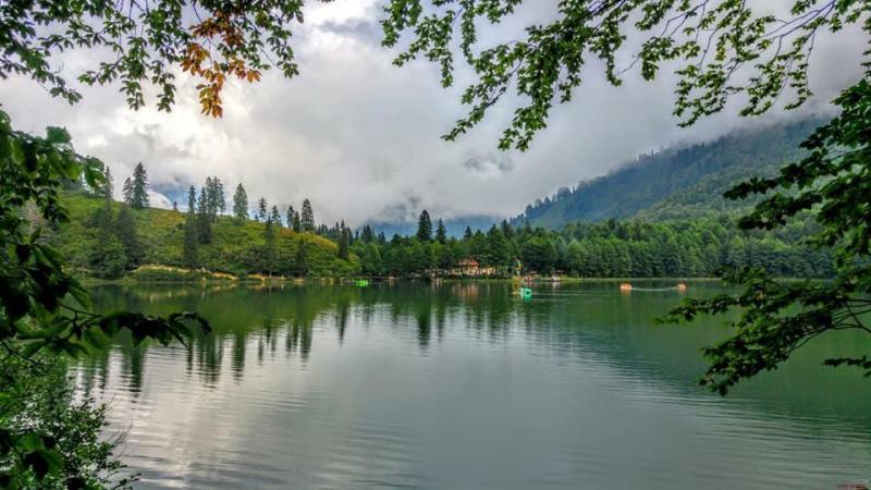 """Artvin, doğa turizminin merkezi oluyor Turizm Yazarları Derneği (TUYED) heyetine Artvin'i tanıtan Atabarı Turizm'in sahibi Erhan Gazihan, kentin turizm merkezi ilan edilen bölgelerinde yeni konaklama tesislerinin devreye gireceğini söyledi Gazihan, """"Artvin, doğal güzellikleri, yeşili, şelalesi, gölleri, yaylaları, dünyaca ünlü kanyonu ile ziyaretçilere birçok neden sunuyor"""" dedi. Karadeniz'in en doğu ucu Artvin'in turizm potansiyelini ortaya çıkarmaya yönelik çalışmalar hız kazanıyor. Kent yönetiminden ticari hayatına yön verenlere, halkından turizmden ekmek yiyenlerine kadar herkes Artvin'i turizmde vitrine çıkarmak istiyor. Bu çabayı gösterenlerden biri olan Atabarı Turizm'in sahibi Erhan Gazihan, TUYED heyetini ağırlayarak onlara kenti tanıttı. Artvin'in doğal güzellikleri, yeşili, şelalesi, gölleri, yaylaları, dünyaca ünlü kanyonuyla Türkiye'de görülmesi gereken en bakir yer olduğunu belirten Gazihan şu bilgileri verdi: """"Kafkasör yaylamızda boğa güreşleri festivalini yılda iki kez yapıyoruz. Festivali dünyanın çeşitli yerlerinden binlerce kişi katılıyor. Boğa güreşlerinin yapıldığı Kafkasör yaylamızda 9 ayrı parsel turizm bölgesi ilan edildi. Bu parsellere yaklaşık bin 400 yataklı tesisler yapılacak"""" Şavşat ilçesinde de ev pansiyonculuğunun geliştiğine dikkat çeken Gazihan, """"Burada da 3 ve 4 yıldızlı tesisler yapılıyor. Şavşat ve Borçka'daki Karagöllerimiz görülmeye değer doğa harikası yerlerdir. Hatila Milli Parkı içindeki cam seyir terasından sonra, şimdi de Ardanuç ilçemizdeki Cehennem Deresi kanyonunun iki yakası arasında da bir cam seyir terası projesi var. İlimizin sahip olduğu turistik değerleri dikkate aldığımızda, herkesin Artvin'e gelmek için birçok sebebi olduğunu görüyoruz"""" dedi. Kenti doğa turizminin merkezi haline getirecek projeleri olduğunu belirten Artvin Sanayi Ticaret Odası Başkanı Seçkin Kurt, """"Türkiye'nin en zengin tabiat varlıklarına sahibiz. Bu varlıklara zarar vermeden, çevre dostu turizm hareketi Artvin'den başlayacak"""" diye konuştu. Kafk"""