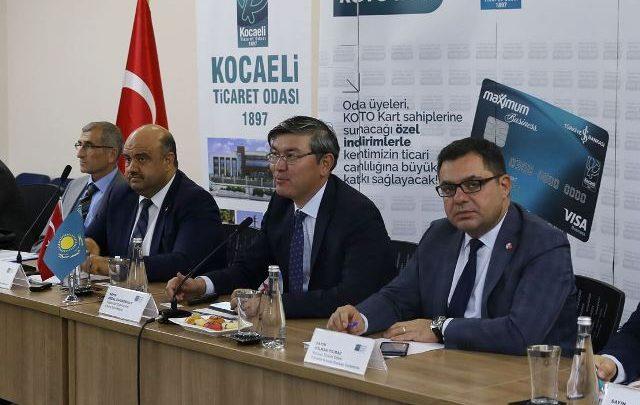 """Kazakistan'dan çağrı Kazak Büyükelçi Saparbekuly, """"Sizleri ata yurduna yatırım yapmaya davet ediyoruz"""" dedi Rusya, Kırgızistan, Beyaz Rusya ve Ermenistan ile imzaladığı Ortak Gümrük Birliği anlaşması ile 180 milyon nüfusa, 2 trilyon dolarlık bir pazar vadeden Kazakistan'a iş ve yatırım fırsatları KOTO'da düzenlenen toplantıda anlatıldı. Kazak Büyükelçi Saparbekuly, """"Sizleri ata yurduna yatırım yapmaya davet ediyoruz"""" çağrısında bulundu. Kocaeli Ticaret Odası, düzenlediği ülke bilgilendirme toplantılarıyla, ticarette kıtalararası mesafeleri ortadan kaldırıyor, dünya pazarlarının üyelerinin bilgisine sunuyor. Bu kapsamda düzenlenen toplantılardan bir yenisinde 'Orta Asya Pazarına açılan kapı: Kazakistan' ele alındı. Kocaeli Ticaret Odası Yönetim Kurulu Başkan Yardımcıları Hüseyin Gezer ve Volkan Yılmaz'ın yönetim kurulu üyeleriyle birlikte ev sahipliği yaptığı toplantıda, Kazakistan'da iş ve yatırım yapmanın fırsatları ile yolları anlatıldı. """" SİYASİ VE EKONOMİK ORTAĞIMIZ"""" Toplantı KOTO Yönetim Kurulu Başkan Yardımcısı Hüseyin Gezer'in açılış konuşmasıyla başladı. Türkiye ve Kazakistan arasındaki mevcut ticari işbirliklerinden bahsederek, bu rakamların daha yukarılara çıkması temennisini ifade eden Gezer konuşmasında şu ifadelere yer verdi; """"Ülkemiz Kazakistan'ın bağımsızlığını aynı gün tanıyan ilk ülke olmuştur. Ülkemiz ile Kazakistan arasındaki siyasi ilişkilerin ulaştığı düzeye paralel olarak Kazakistan ülkemizin bölgedeki en önemli siyasi ve ekonomik ortaklarından biri haline gelmiştir. TİCARİ İŞBİRLİKLERİMİZ İkili ticari ilişkileri ele alacak olursak; Kazakistan'a ihracatımız 2018 yılında bir önceki yıla göre %6,8 oranında azalarak 695,3 milyon dolar seviyesinde gerçekleşmiştir. Kazakistan'ın 2018 yılında toplam ihracatımızdaki payı % 0,41 olurken, Kazakistan ihracat yaptığımız ülkeler arasında ise 51. sırada yer almaktadır. 2018 yılında yaptığımız ithalat ise bir önceki yıla göre %30 oranında artarak 2,18 milyar dolar olarak gerçekleşmiştir. Türkiye'nin en fazla"""