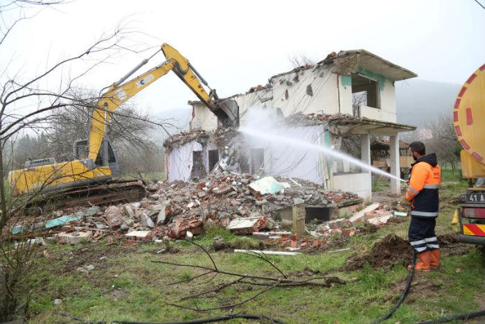 Gölcük'te orta hasarlı binaların yıkımı devam ediyor