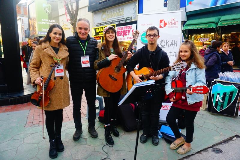 """Sokak Müzisyenleri de """"Gülümse İzmit"""" diyor"""