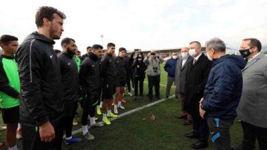 """Başkan moral verdi """"Kocaelispor'un hak ettiği yer Süper Lig"""" diyen Başkan Büyükakın, """"Taraftarın buna büyük bir özlemi ve sabırsızlığı var. Ama sabırla yol yürümemiz gerekiyor"""" dedi Kocaeli Büyükşehir Belediye Başkanı Tahir Büyükakın, Kocaelispor'un antrenman yaptığı Körfez Brunga Tesisleri'nde futbolcuları ziyaret etti. Kocaelispor Başkanvekili Engin Koyun ve diğer yöneticilerinin de hazır bulunduğu ziyarette, Keçiörengücü ile oynanacak olan Ziraat Türkiye Kupası maçı öncesi takıma moral veren Başkan Büyükakın, ligin uzun bir maraton olduğunu vurgulayarak, futbolda başarının olduğu gibi zaman zaman başarısızlıklarında olabileceğini belirtti. Başkan Büyükakın, Kocaelispor'un yıllardır başarıya hasret kaldığına dikkat çekerek, """"Kocaelispor hak ettiği yerde değil. Kocaelispor'un hak ettiği yer Süper Lig. Taraftarın buna büyük bir özlemi ve sabırsızlığı var. Ama sabırla yol yürümemiz gerekiyor"""" dedi. """"MORALİMİZ VE MOTİVASYONUMUZ YÜKSEK OLACAK"""" """"En ufak bir yol kazasında morallerimizi bozarsak, futbolcularımızınve teknik heyetin moralini bozarsak bu iyi bir sonuç getirmeyecektir"""" diyen Başkan Büyükakın, """"Biz futbolcularımıza kızdığımız zaman, onlara bir şeyler söylediğimiz zaman onların sahadaki performansı daha iyi olmayacak"""" ifadesini kullandı. Kocaelispor'un çok zor yerlerden geldiğini de belirten Başkan Büyükakın, mücadele edilmesi gereken bir yol olduğunu, bu yolda da moral ve motivasyonun yüksek tutulması gerektiğini sözlerine ekledi. """"TARAFTARIMIZIN EMEĞİ ÇOK BÜYÜK"""" Kocaelispor'un başarısı açısından en büyük payın Kocaelispor taraftarında olduğunu dile getiren Başkan Büyükakın, şunları söyledi:""""Aslında payı tek bir yere indirgemek doğru değil ama taraftarımızın emeği çok büyük. Onlar gerçekten çok büyük çileler çektiler. Onlar çok büyük fedakarlıklardabulundular. Ama sabırlı olmaları gerektiğini düşünüyorum. Erken tepkilerle takımın moralini bozarak, takıma bir yarar getirmeyeceğimizi, onlar da biliyorlar aslında. O an duygularına kapılarak hislerini başka türlü """