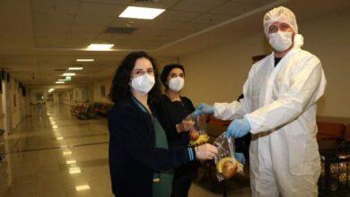 Korona virüs savaşçılarına Büyükşehir'den meyve desteği